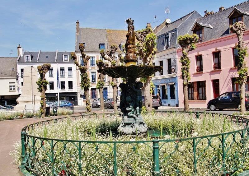 ville_fontaine_motreuil-sur-mer_soleil_remparts_restaurants_pavés